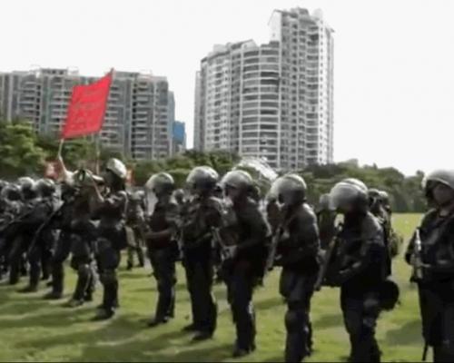 【逃犯條例】深圳再舉行大練兵 武警舉紅旗粵語警告:停止暴力回頭是岸