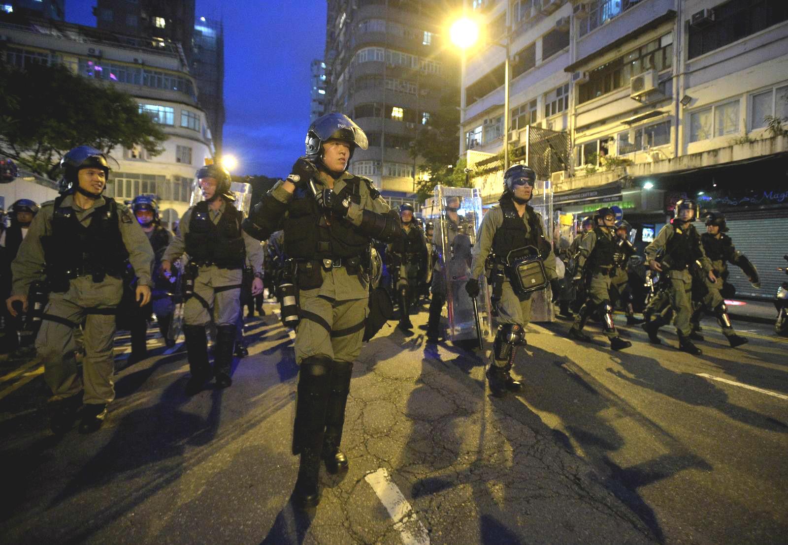 警方晚上驅散示威者