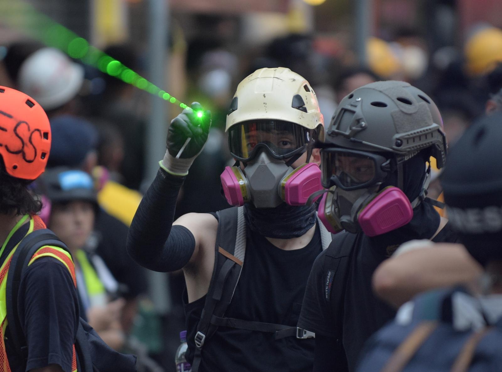 有示威者向警員照射激光。