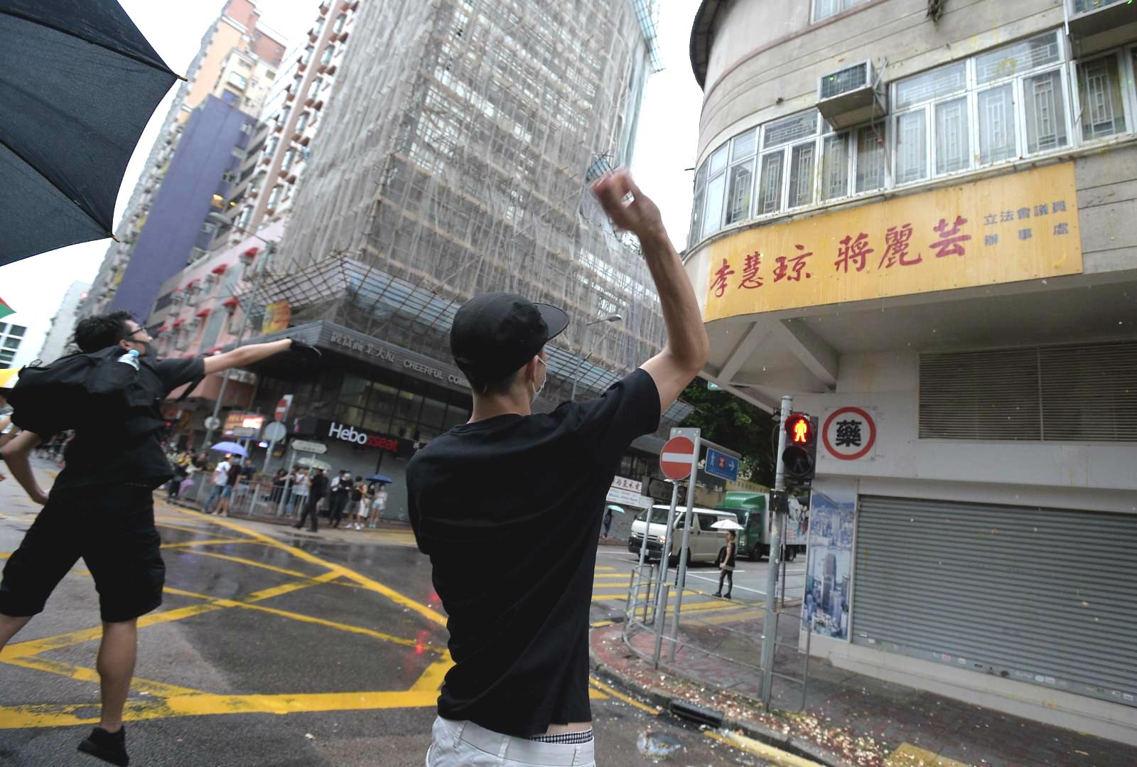政府譴責示威者破壞設施。