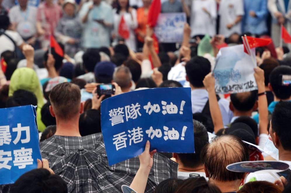 建制派「守護香港大聯盟」昨午於金鐘添馬公園舉行「反暴力 救香港」集會。