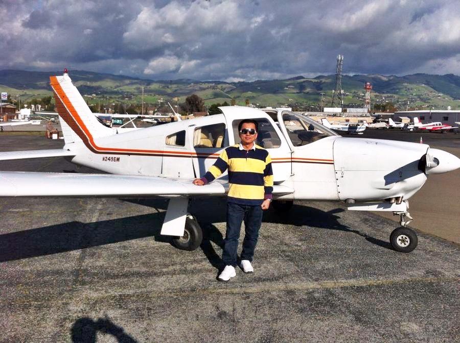 蔡鴻毅是本地少數同時擁有私人飛機及直升機執照的飛機師。