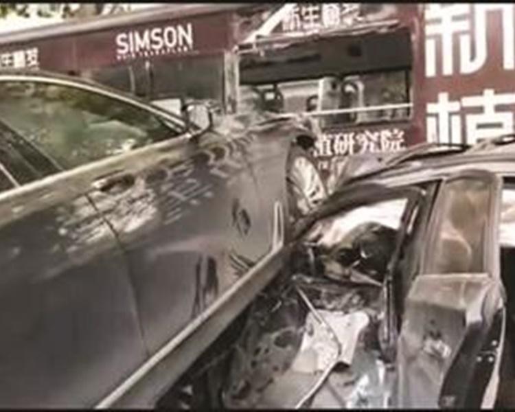 其中一輛私家的車門幾乎全部凹陷進去。網圖