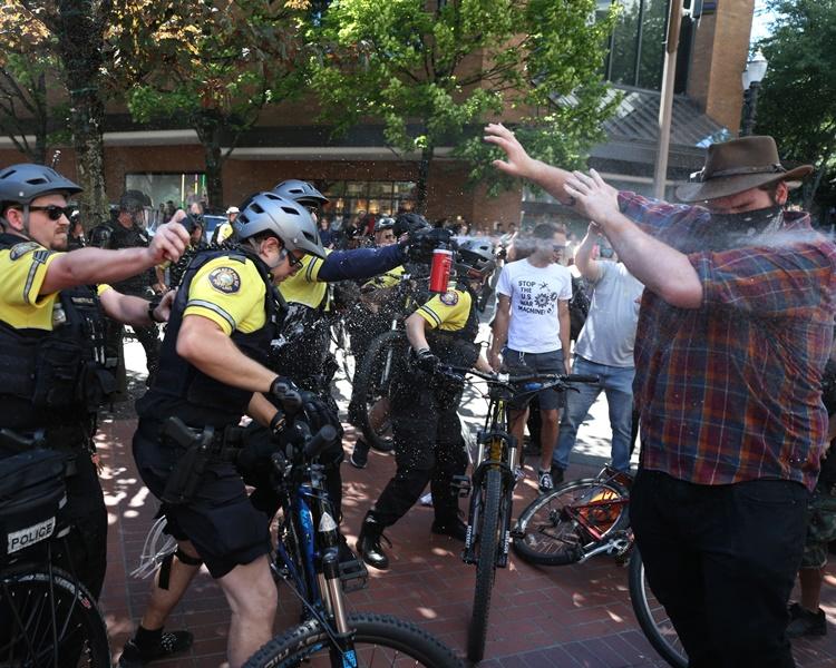 大批防暴警察在現場戒備。AP