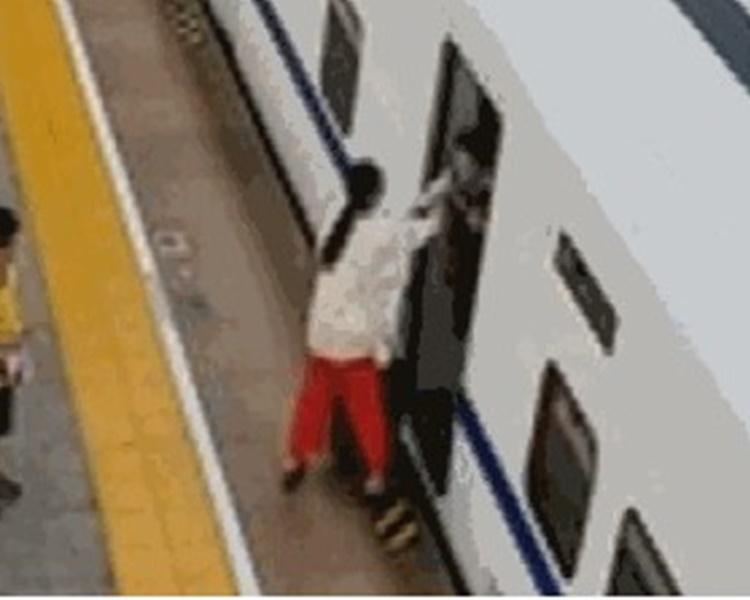 少婦接過行李後就狠摑乘務員兩巴掌。網圖