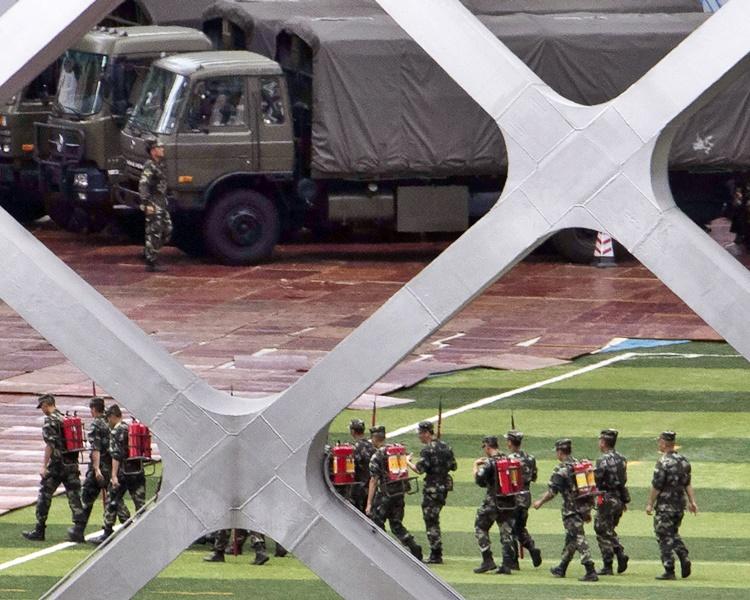 美聯社今日再發放照片,見到深圳灣體育中心內有武警集結和操練。AP