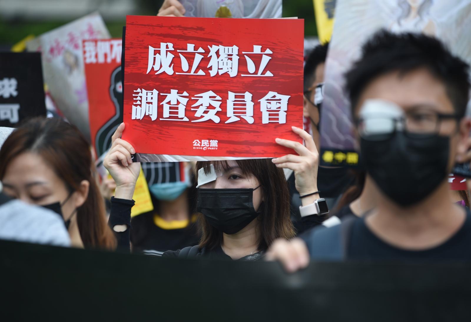 集會人士高舉標語表達訴求。
