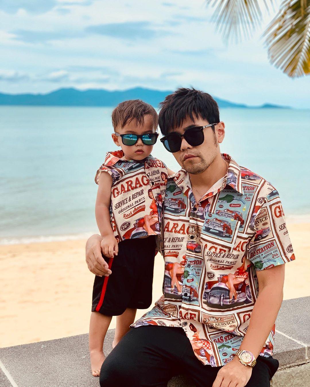 周杰倫貼出一張與兒子Romeo穿上父子裝的正面合照。 周杰倫IG