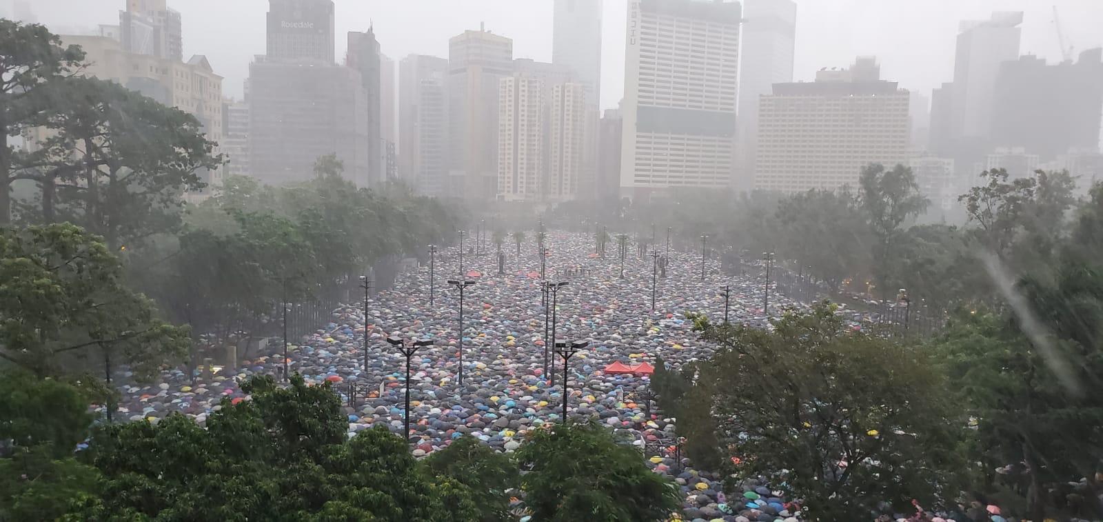 現場下起大雨。