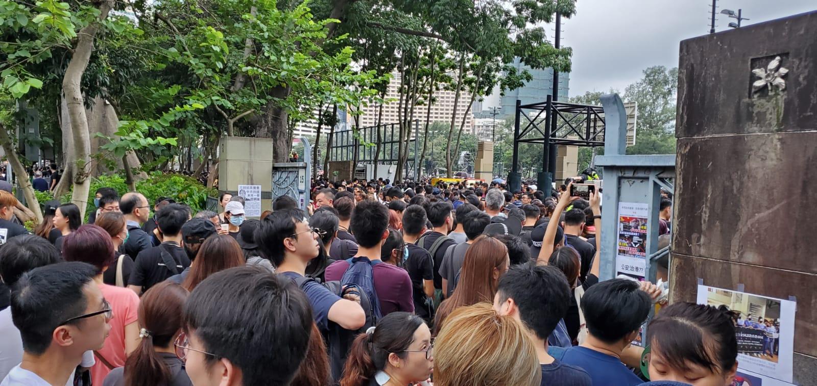 大批穿黑衣市民到維園出席集會。