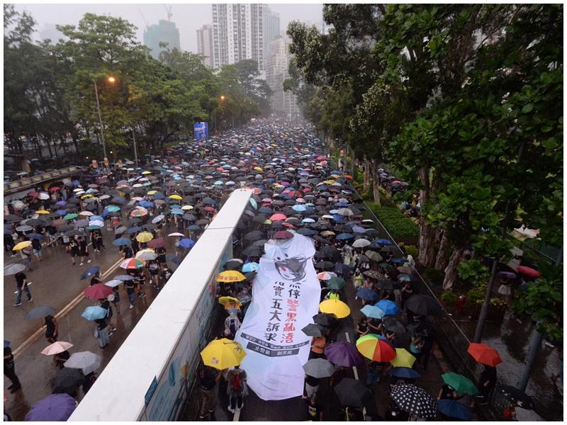 大雨持續2小時仍人頭湧湧。