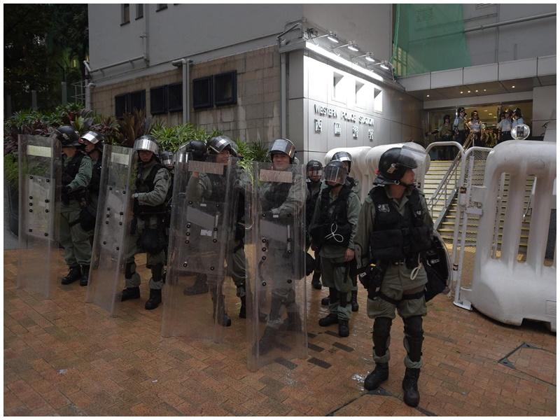 西區警署外也有防暴警戒備。