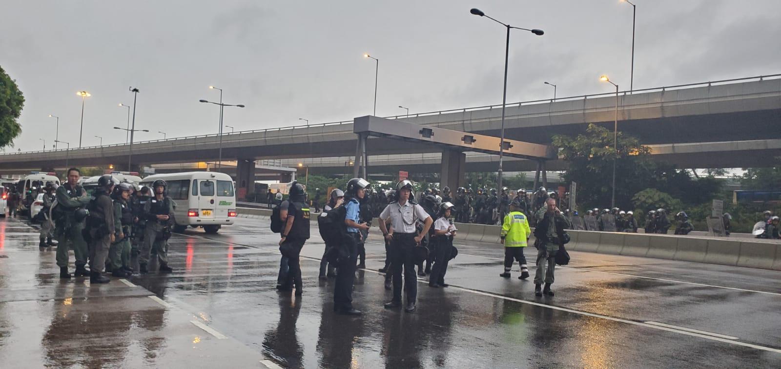 干諾道西及正街交界有大批警員聚集。