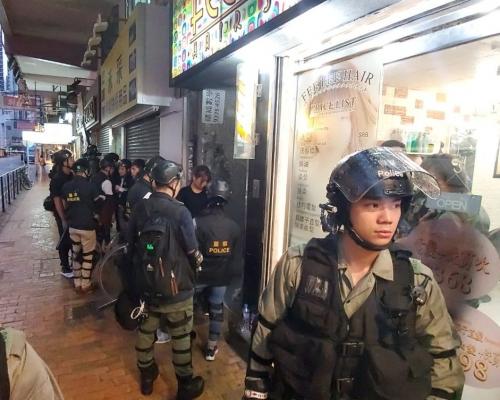 【維園集會】警干諾道西及德輔道西截查黑衣人 防暴警在場布防