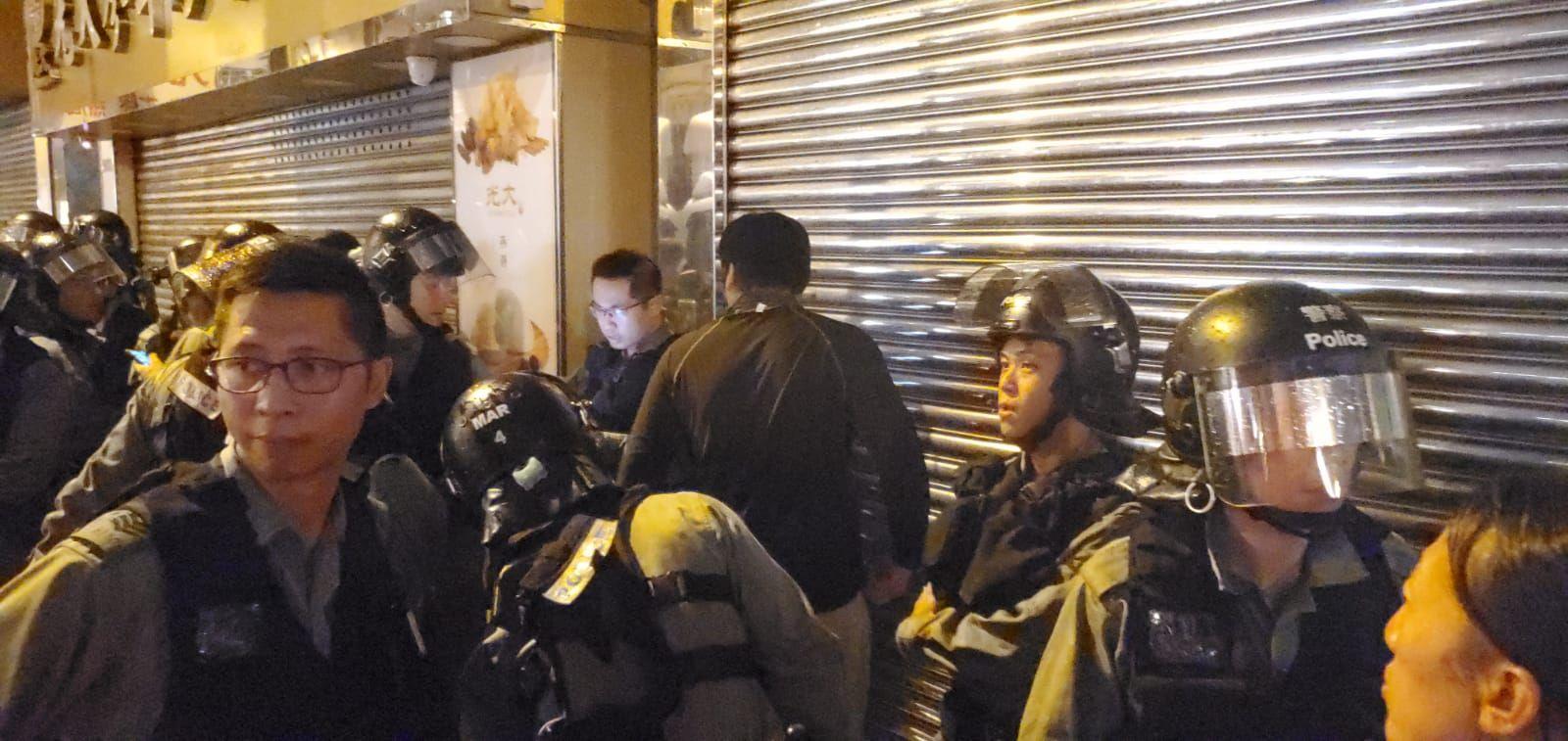 有警員在德輔道西一帶截查可疑人士。
