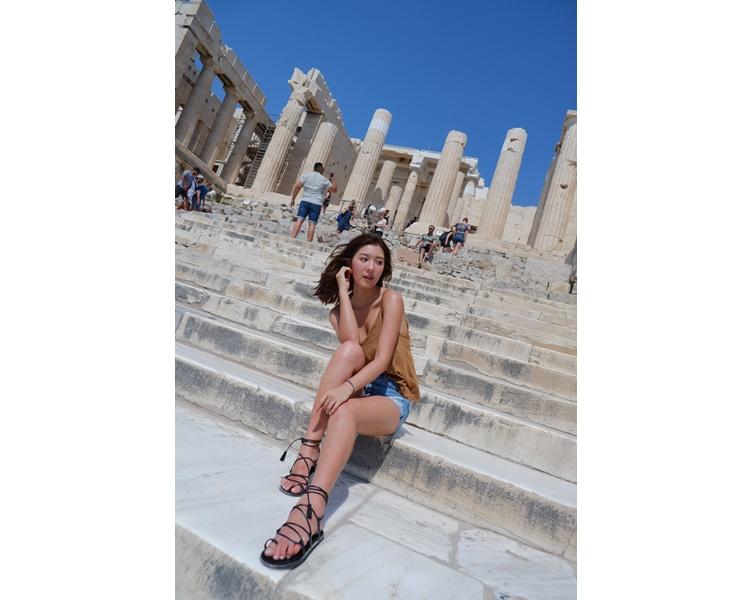 巴特農神殿是雅典衞城的必到「打卡位」,Jennifer當然要留倩影。