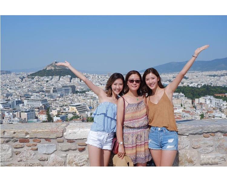 希臘雖是蜜月勝地,但Jennifer卻是和媽咪、阿妹齊旅行。