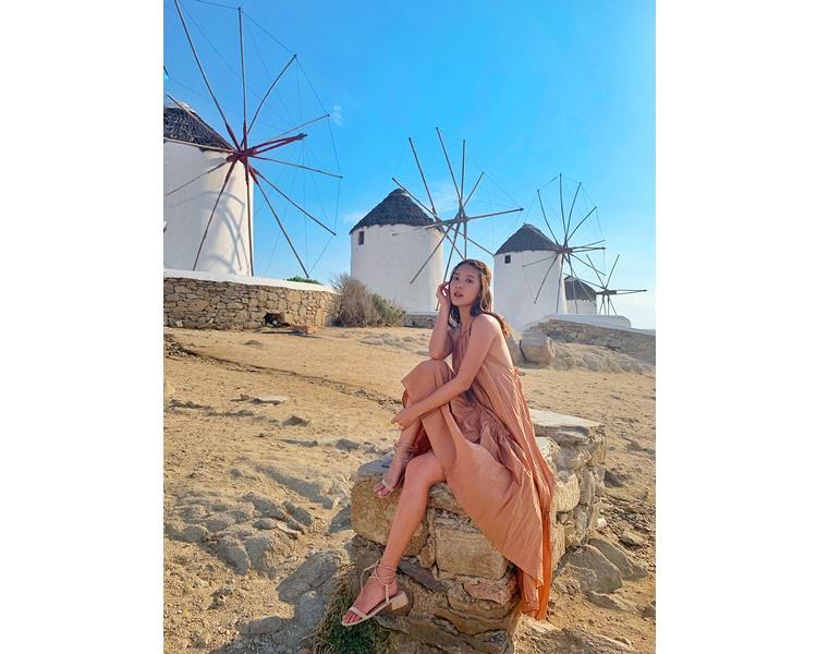 米島的風車陣亦是遊人必到之處,Jennifer也悉心打扮影靚相。