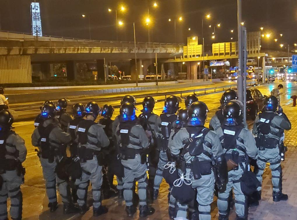 防暴警在干諾道西布防。