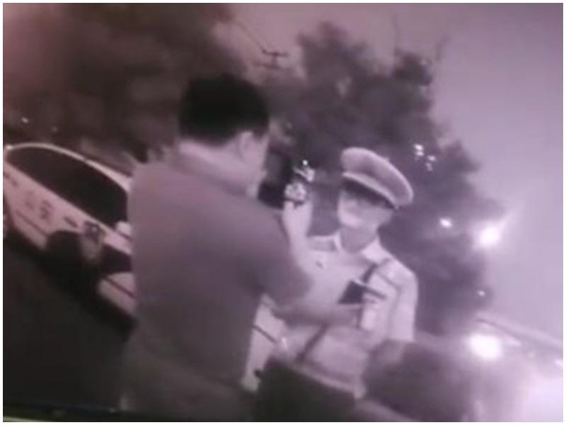 張宏學被拒駛車入場後「耍官威」,並拍下該交警樣子。網圖