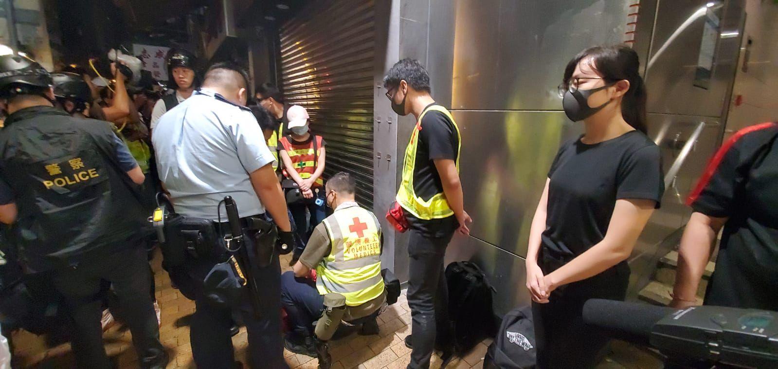 防暴警亦在西營盤站外截查多名急救人員。