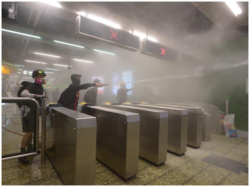 警方曾在葵芳站內發射催淚彈。資料圖片