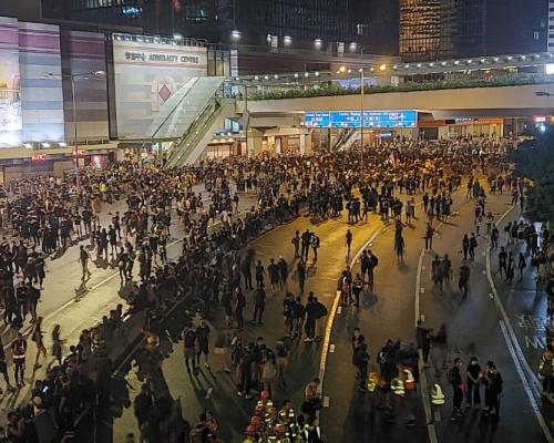 【維園集會】夏慤道示威者搬水馬設路障 警促停止違法行為立即離開
