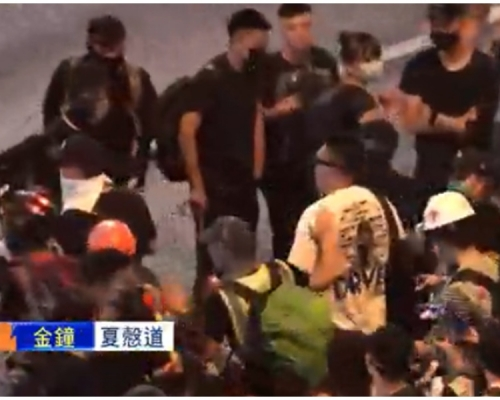 【維園集會】白衣男夏慤道爭執被包圍 頭部受傷流血