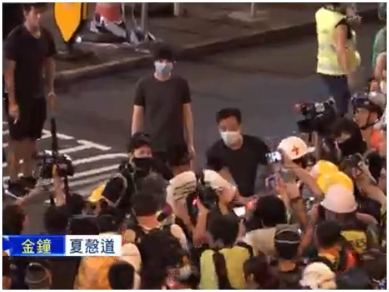白衣男子被示威者包圍。Now新聞截圖