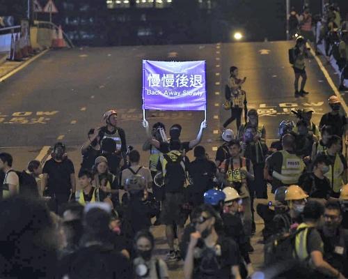 【維園集會】市民深夜漸散去 夏慤道陸續恢復通車