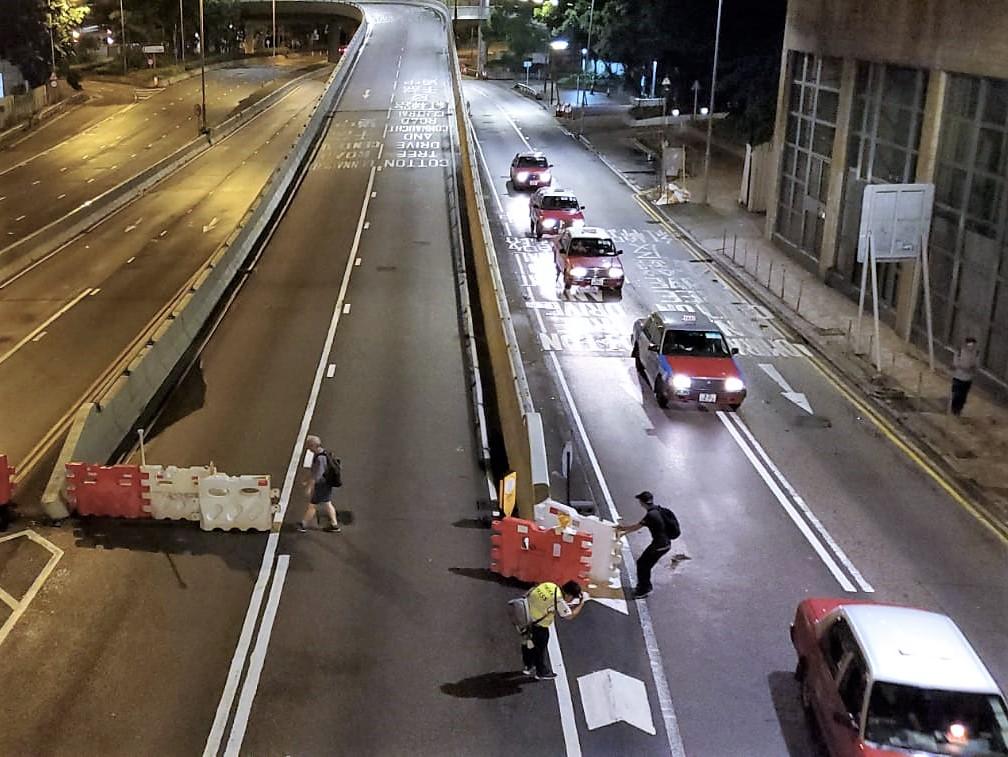 有市民清理路障,夏愨道陸續恢復通車。
