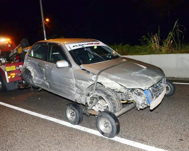 其中一車車頭損毀。