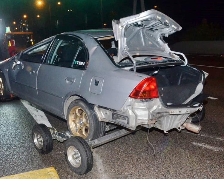 其中一車車尾損毀。