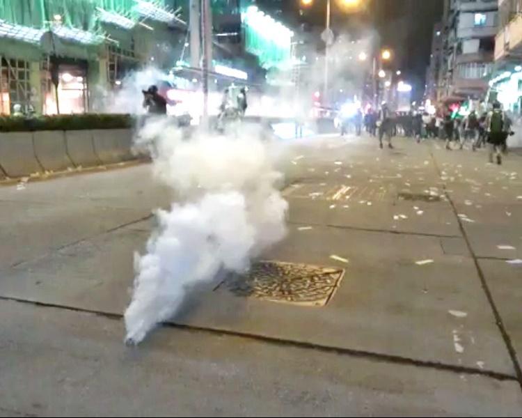 警方在深水埗發射催淚彈驅散示威者。資料圖片