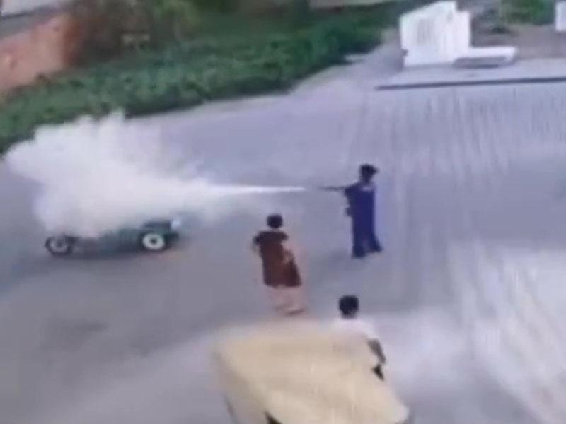 李男因抽煙被職員用滅火筒狂噴。(網圖)