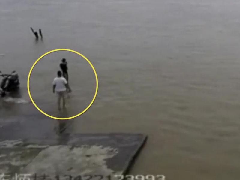 黑衫男子一腳踏空,整個人瞬間消失在江中。(網圖)