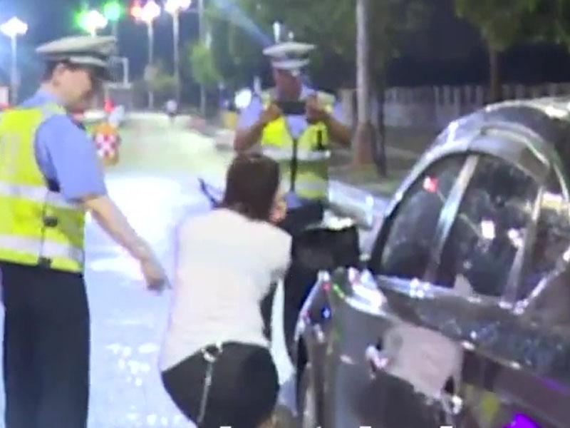 女子酒駕被查,交警拍照取證時,居然賣萌擺pose。(網圖)