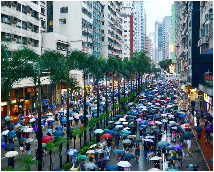 網民促政府回應和平上街人士的訴求,否則逼示威者再次勇武。