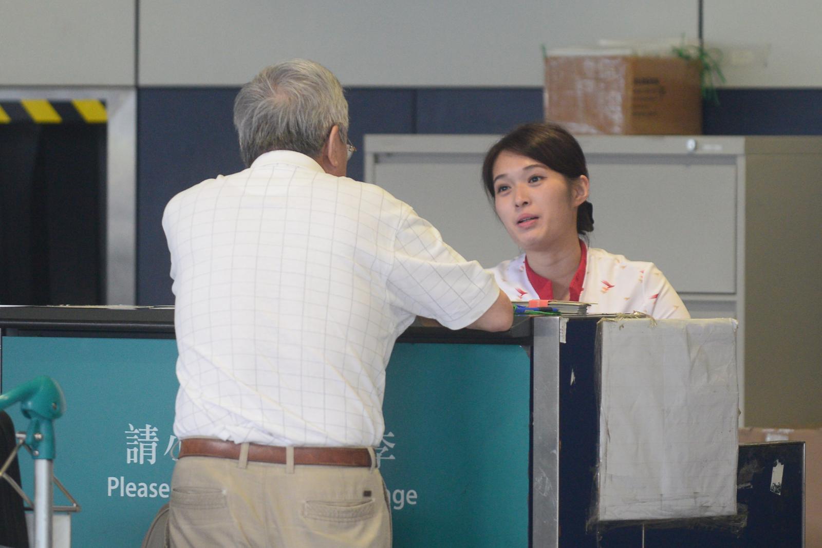 國泰設於機場的銷售櫃已暫停售票。提醒所有乘客在抵達機場時,應準備好已確認的機票。