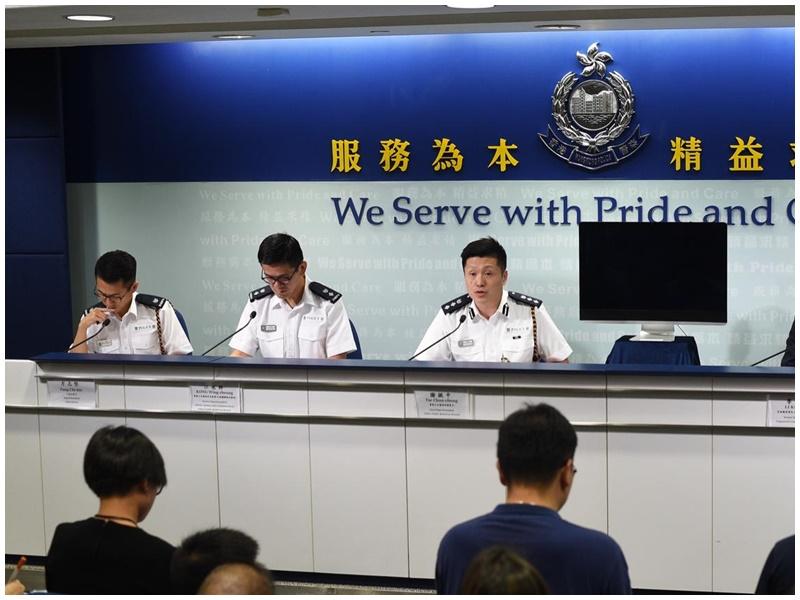 江永祥(左二)指身穿深色衣服的警員到警總上班。