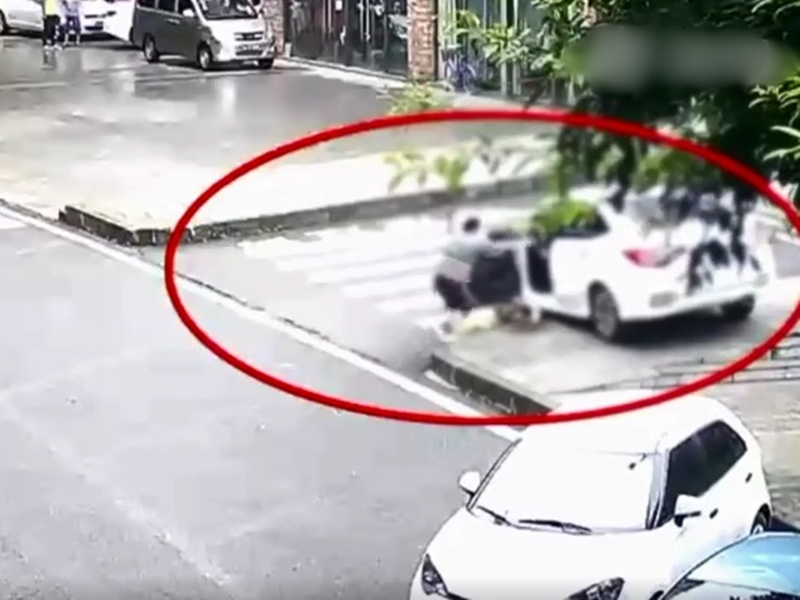 女子在下車時並未拉手制,使車子從斜坡上溜下來。影片截圖