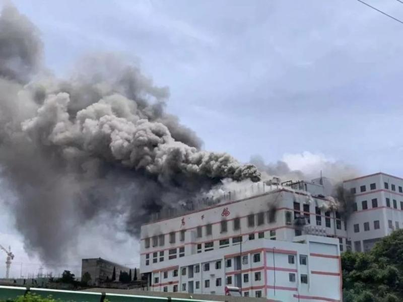 貴州貴陽的「老乾媽辣椒廠」倉庫昨日發生大火,幸好並無造成人員傷亡。網圖