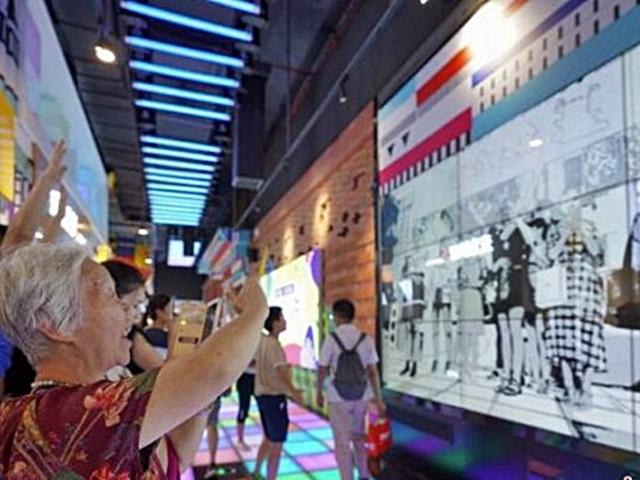 貴陽「網紅新地標」 魔幻燈光秀吸引市民拍照打卡