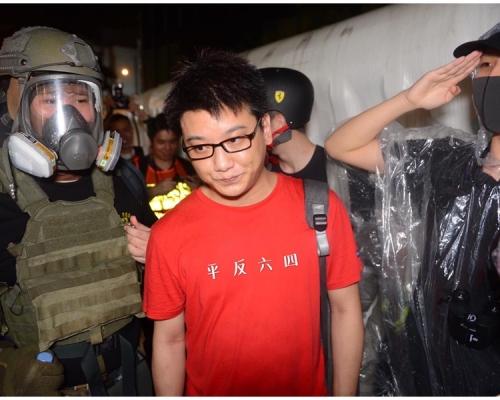 【維園集會】上海紅衣男上衣被改「平反六四」 再登微博熱搜