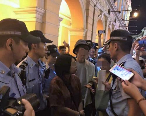 黑衣人議事亭前地集會   澳門警方拘7男女