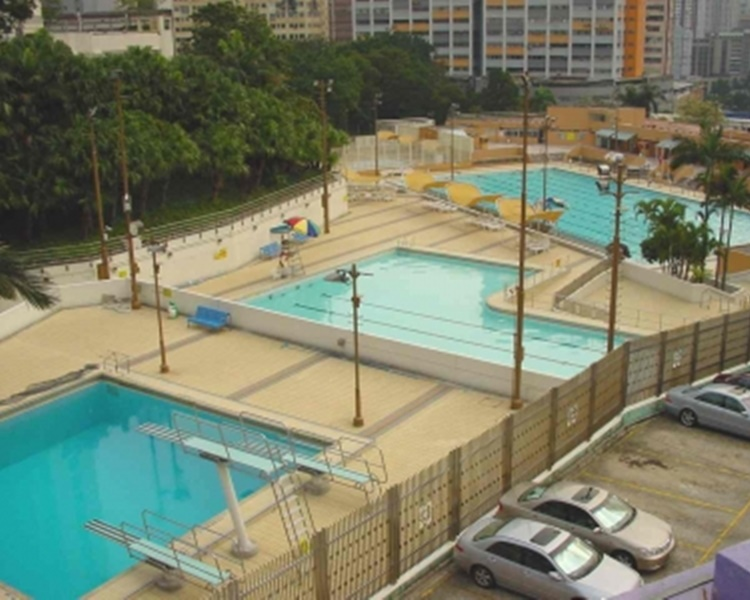 老婦於葵涌和宜合道公眾游泳池游水時遇溺。網圖