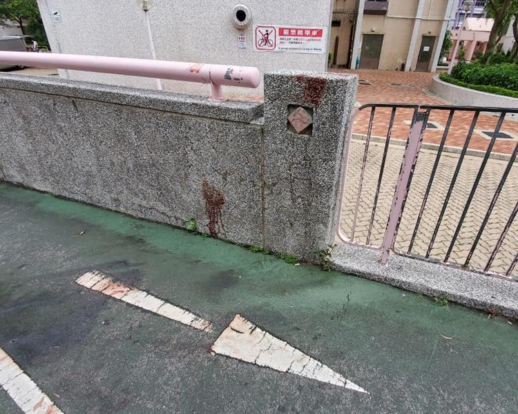 行人隧道外的地面及圍牆留下傷者的血跡。歐陽偉光攝