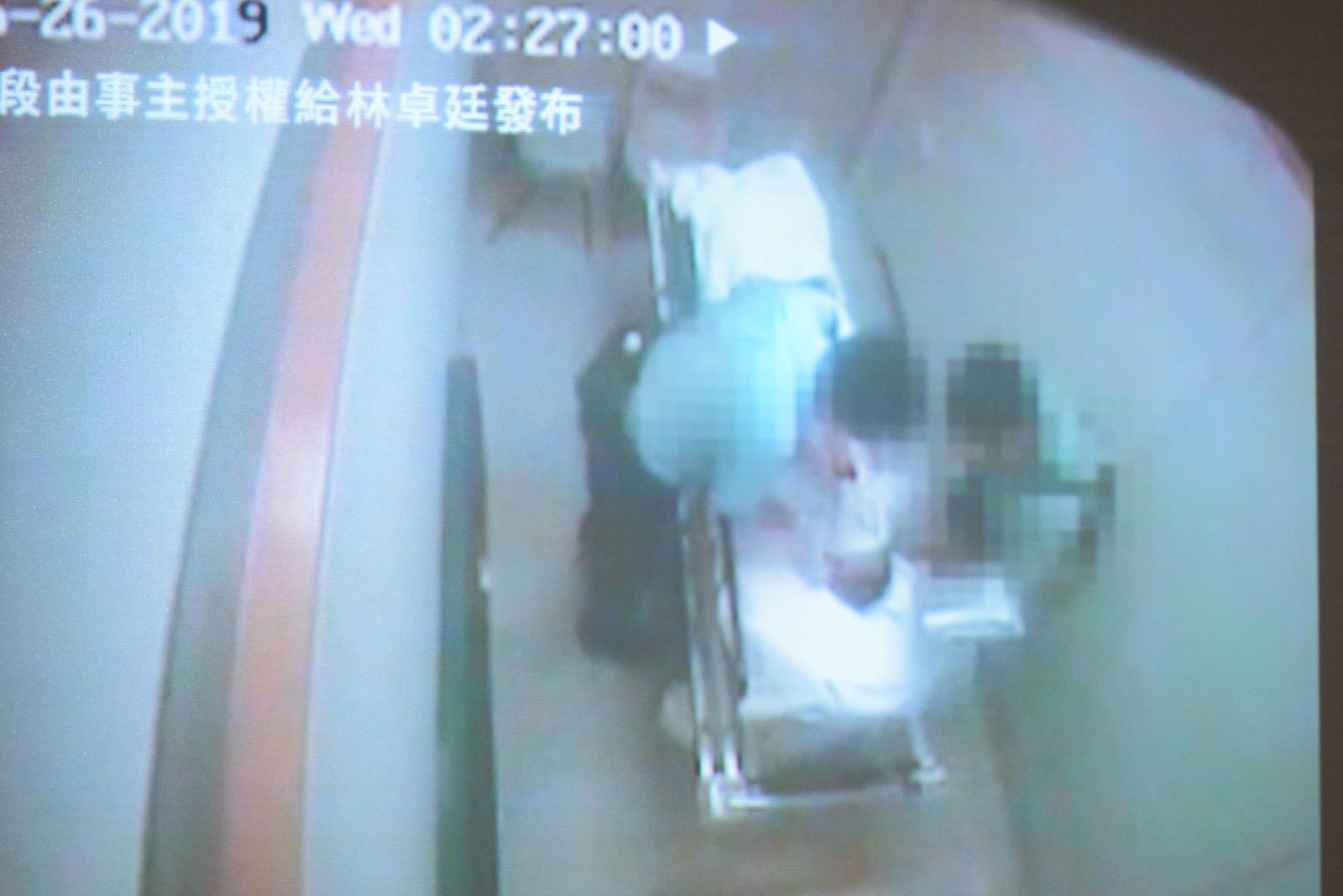 閉路電視片段,顯示事主當時被綁在病床上,兩名軍裝警員多次虐打事主。