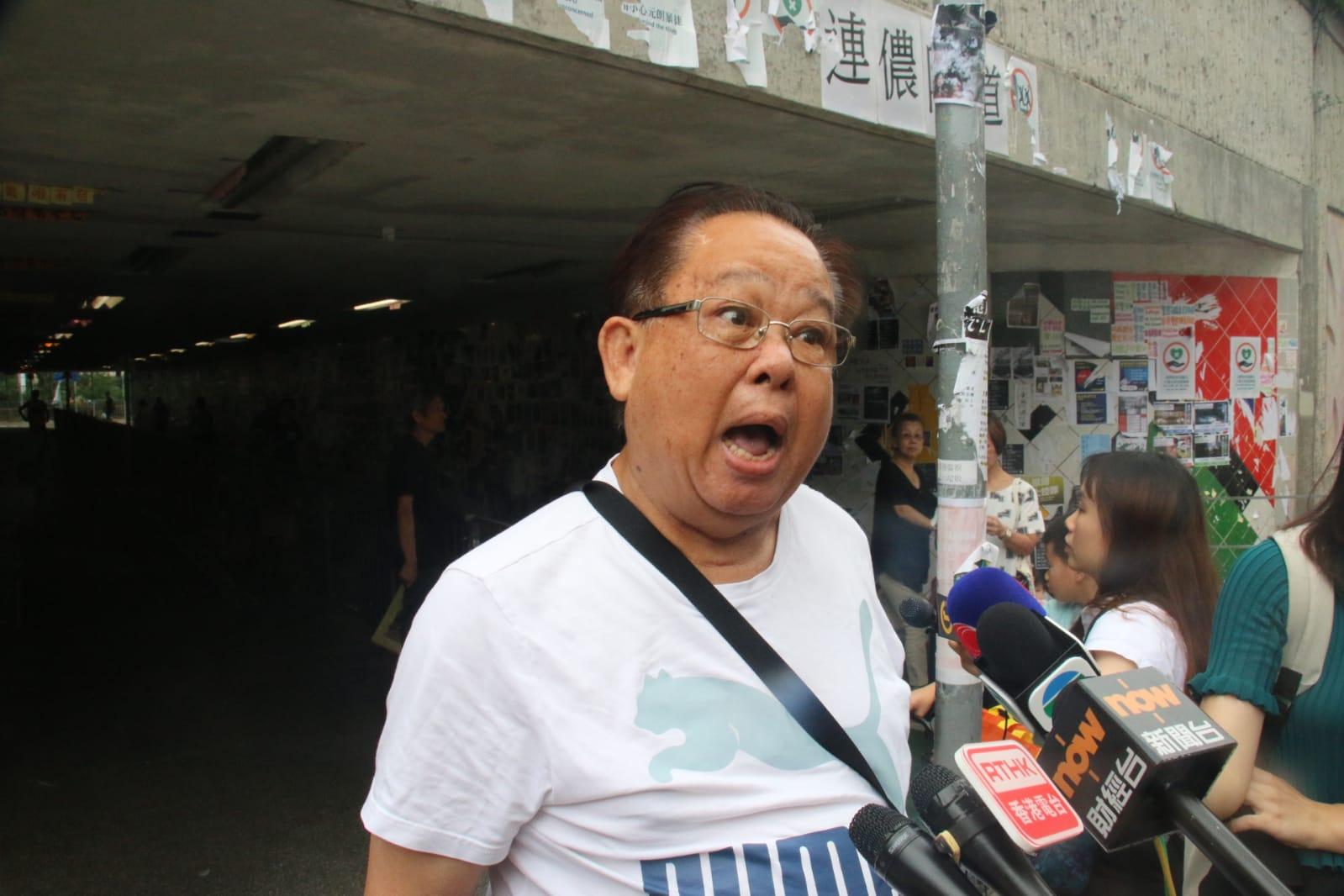 街坊譚先生稱疑兇平日走路時不時左望右望,懷疑對方患妄想症。