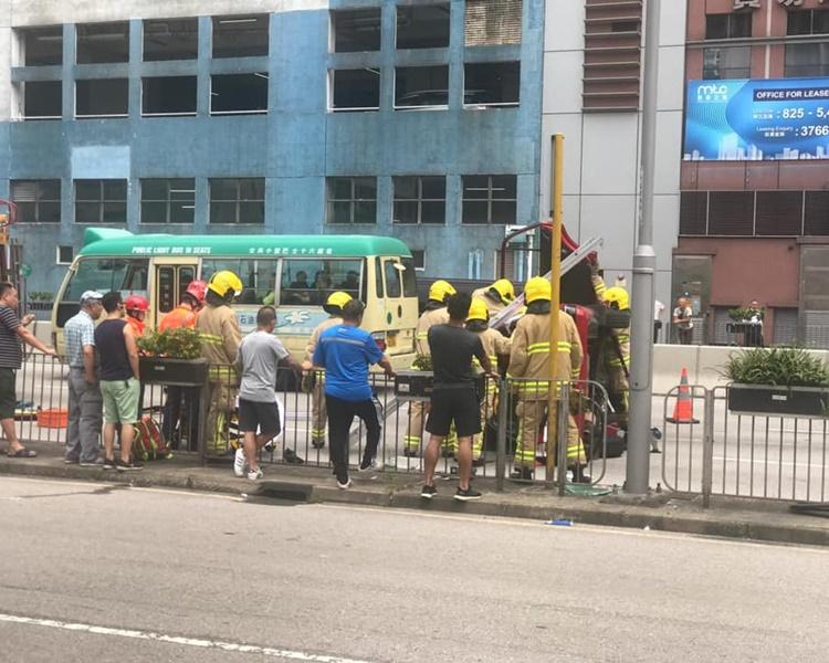 消防到場將兩人救出送院。圖:網民Chi Shing Leung香港突發事故報料區